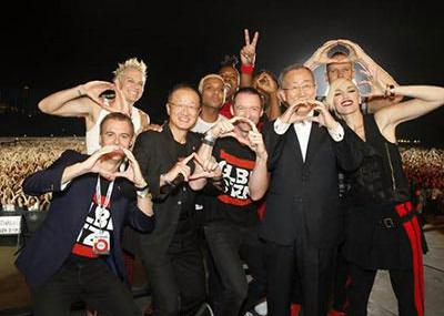 No Doubt poses with actor Hugh Jackman, Global Citizen Project cofounder Hugh Evans, Ban Ki-Moon, the secretary-general of the United Nations, and Jim Young Kim, president of the World Bank.