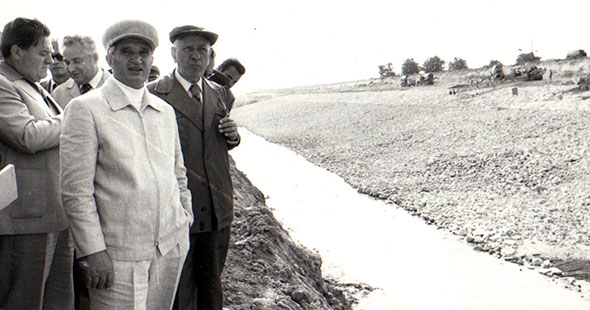Ceaușescu (foreground) visiting the canal construction site, summer 1979.